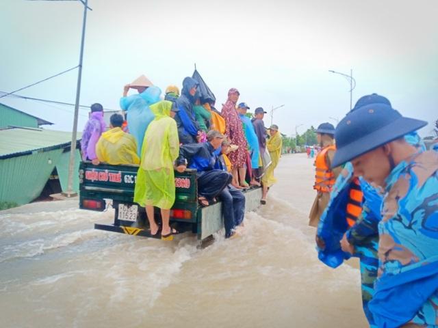 Ngày thứ 8 Phú Quốc ngập lụt: Lũ rút dần, tiếp tục sơ tán dân - 2