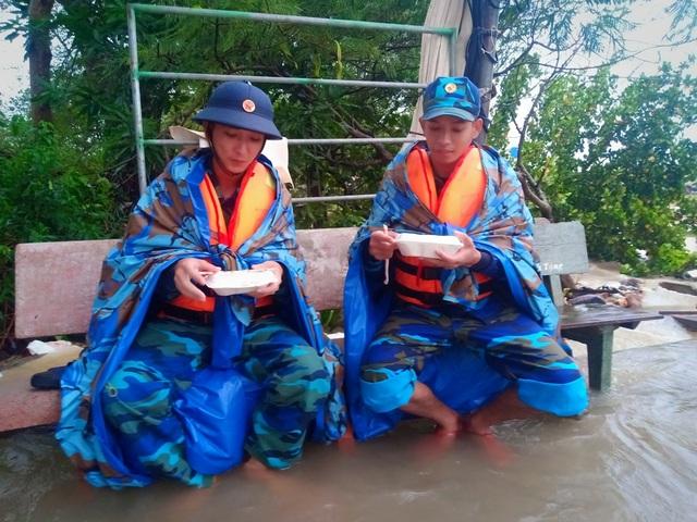 Ngày thứ 8 Phú Quốc ngập lụt: Lũ rút dần, tiếp tục sơ tán dân - 12