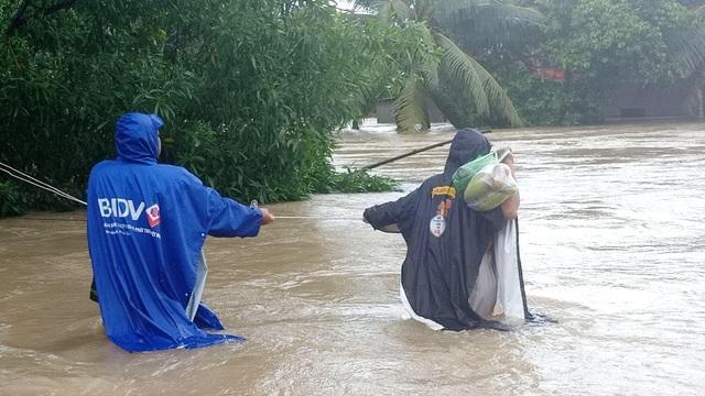 Phú Quốc lũ dâng cao ngang đầu người, huy động 1.000 quân cứu dân - 3