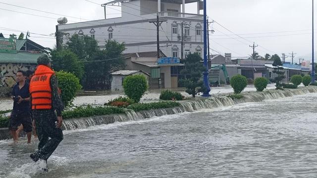 Phú Quốc lũ dâng cao ngang đầu người, huy động 1.000 quân cứu dân - 16
