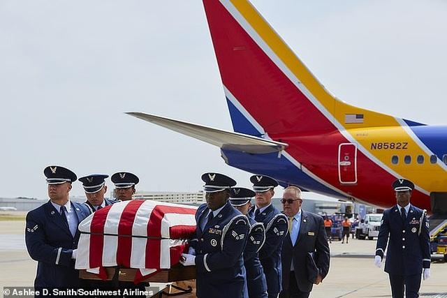 Phi công Mỹ lái máy bay đưa hài cốt cha từng tham chiến ở Việt Nam hồi hương - 1