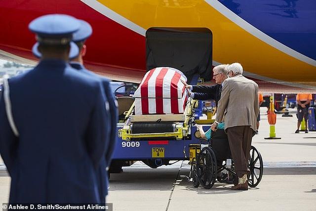Phi công Mỹ lái máy bay đưa hài cốt cha từng tham chiến ở Việt Nam hồi hương - 4