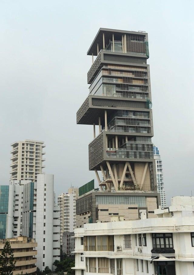 Đột nhập ngôi nhà đắt đỏ nhất hành tinh: 6 tầng chỉ để siêu xe?    - 2