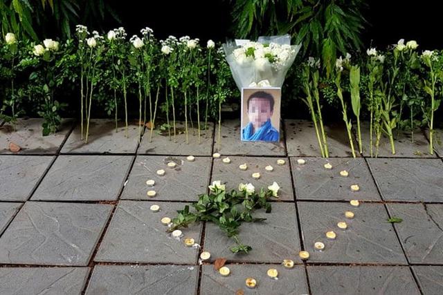 Người dân xúc động đặt hoa trắng, tưởng niệm bé trai tử vong thương tâm tại trường Gateway - 2