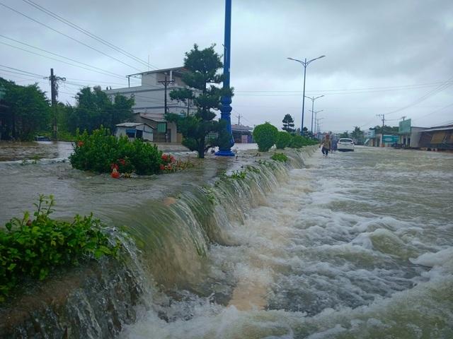 Phú Quốc lũ dâng cao ngang đầu người, huy động 1.000 quân cứu dân - 2