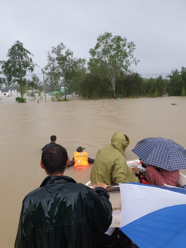 Phú Quốc lũ dâng cao ngang đầu người, huy động 1.000 quân cứu dân - 6