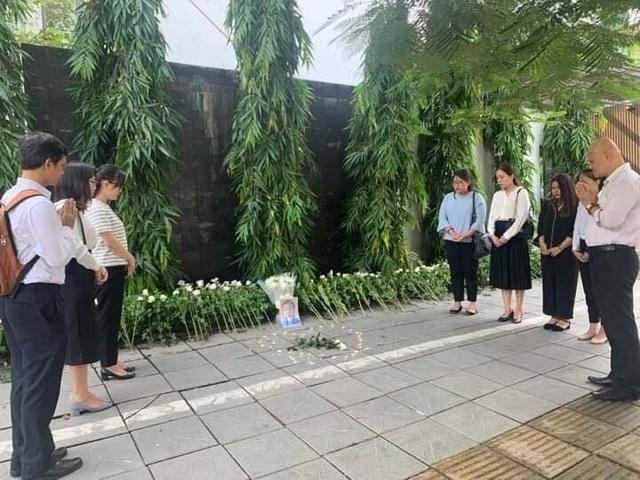 Người dân xúc động đặt hoa trắng, tưởng niệm bé trai tử vong thương tâm tại trường Gateway - 6
