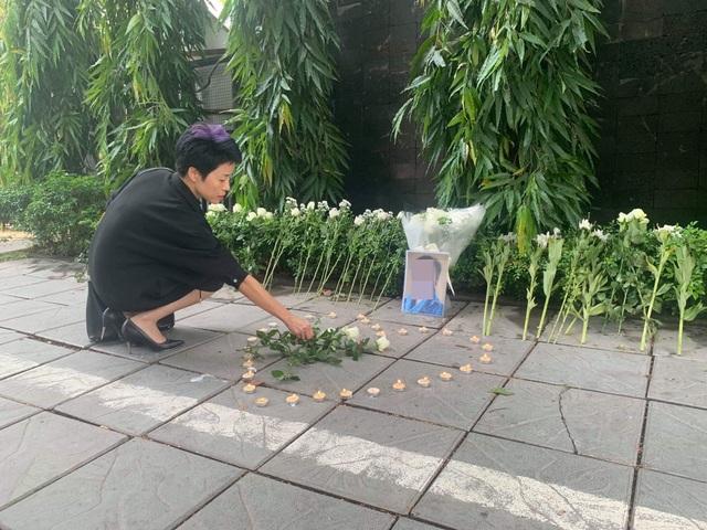 Người dân xúc động đặt hoa trắng, tưởng niệm bé trai tử vong thương tâm tại trường Gateway - 5