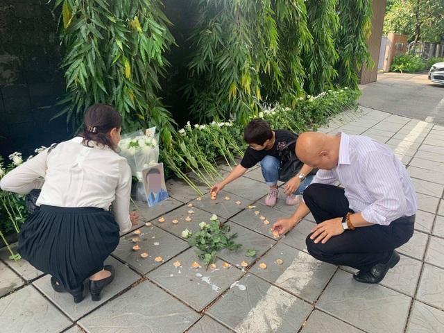 Người dân xúc động đặt hoa trắng, tưởng niệm bé trai tử vong thương tâm tại trường Gateway - 4
