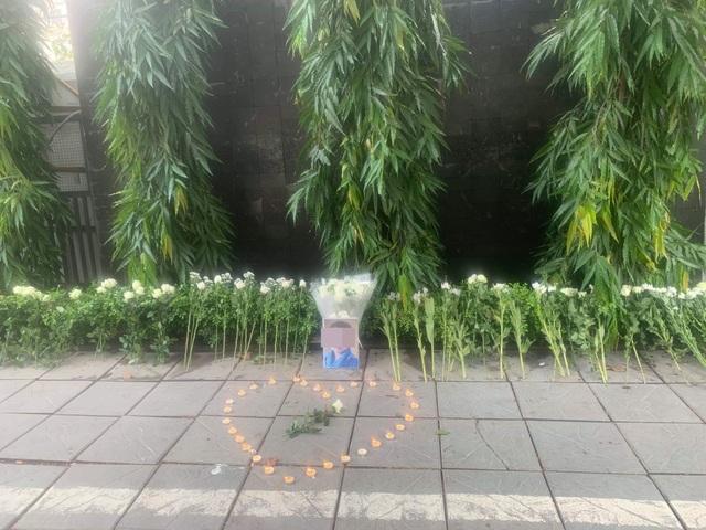 Người dân xúc động đặt hoa trắng, tưởng niệm bé trai tử vong thương tâm tại trường Gateway - 7