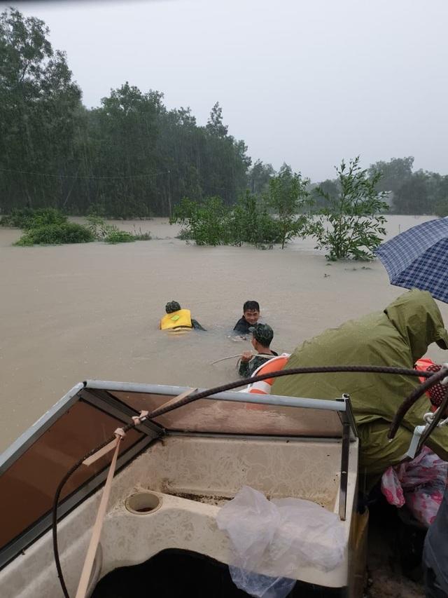 Phú Quốc lũ dâng cao ngang đầu người, huy động 1.000 quân cứu dân - 7