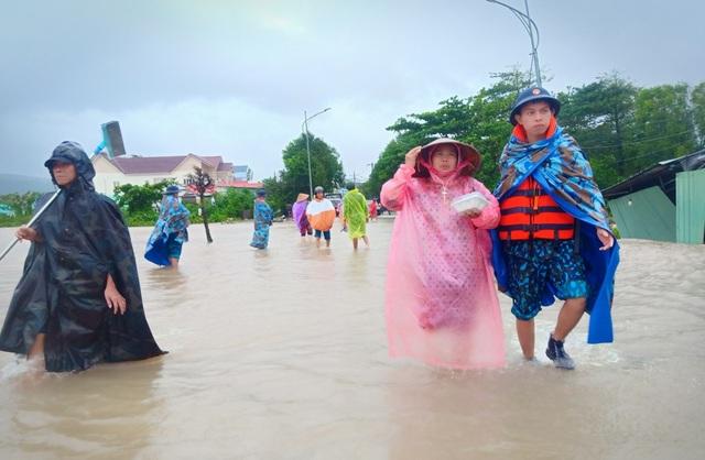 Ngày thứ 8 Phú Quốc ngập lụt: Lũ rút dần, tiếp tục sơ tán dân - 1