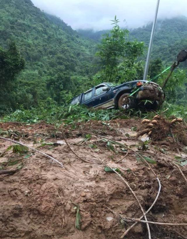 Đèo Bảo Lộc sạt lở nghiêm trọng, 2 ô tô bị đẩy xuống vực - 4