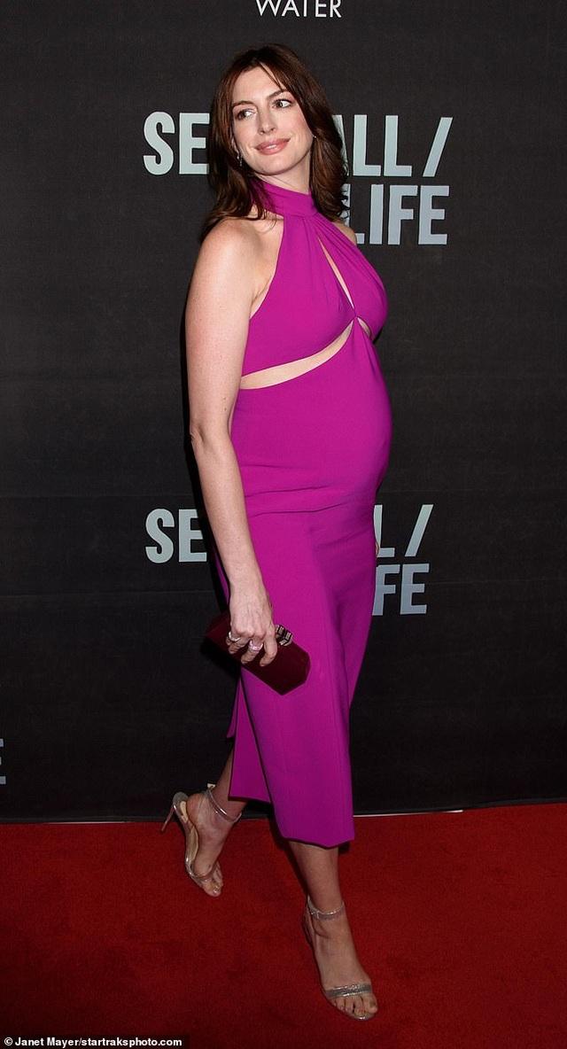 Anne Hathaway xinh đẹp bế bụng bầu đi xem kịch - 2