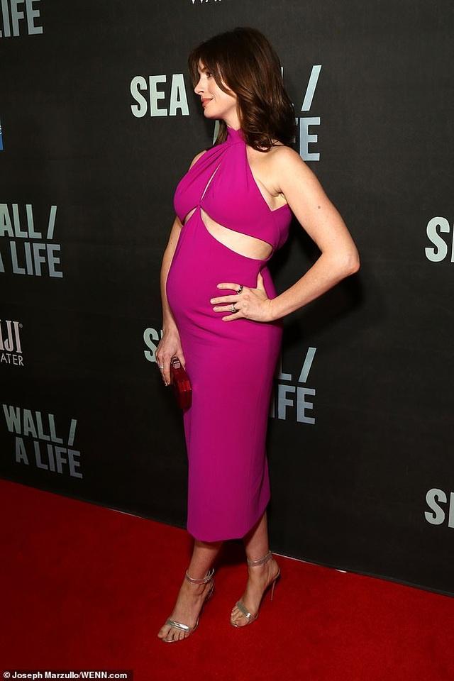 Anne Hathaway xinh đẹp bế bụng bầu đi xem kịch - 6