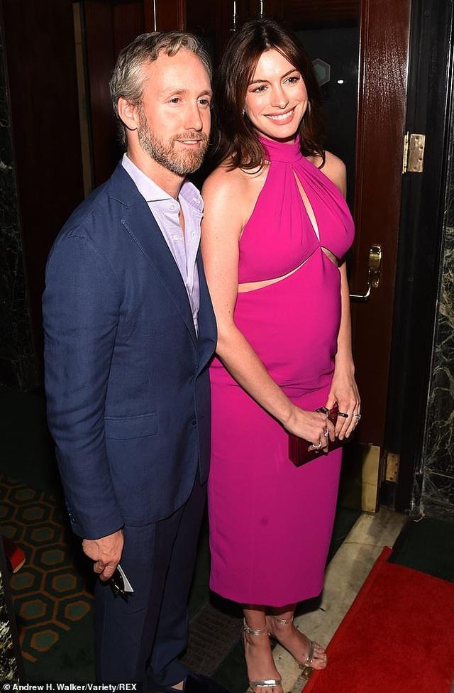 Anne Hathaway xinh đẹp bế bụng bầu đi xem kịch - 5