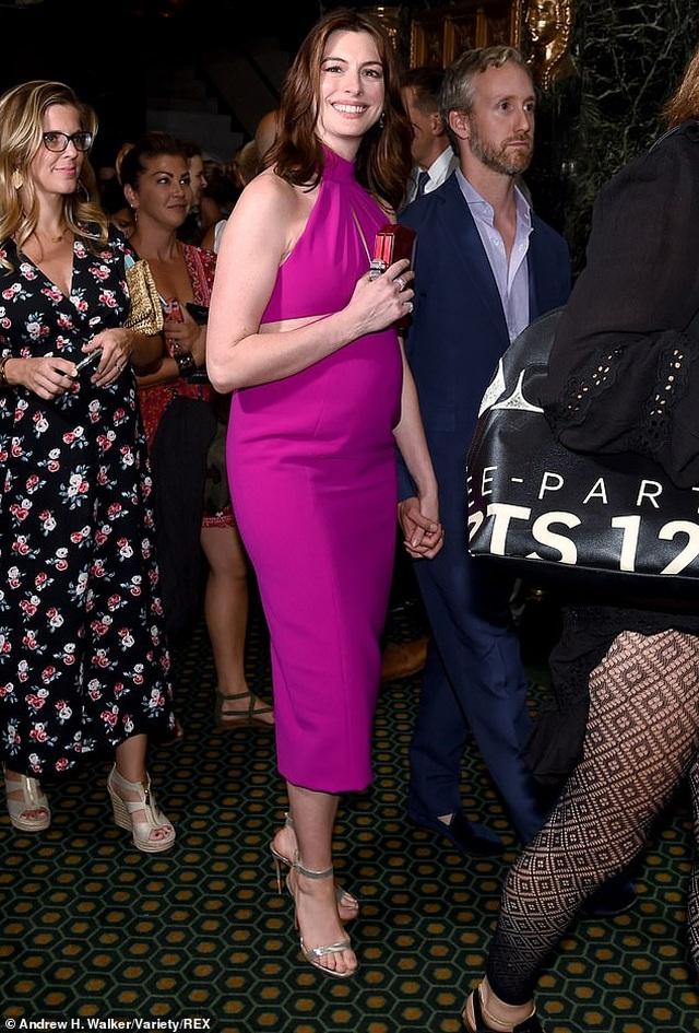 Anne Hathaway xinh đẹp bế bụng bầu đi xem kịch - 4