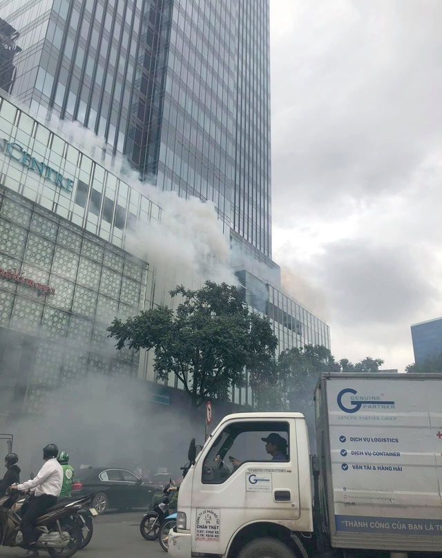 Hàng trăm người tháo chạy khỏi Saigon Center vì khói từ... máy phát điện - 1