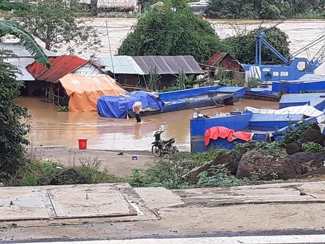 Nước lũ dâng cao, 1 người mất tích, hơn 700 hộ dân sơ tán - 2