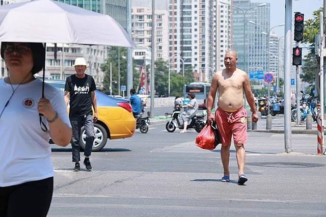 """""""Bikini vén áo khoe bụng"""" và những điều cấm ở Bắc Kinh - 2"""