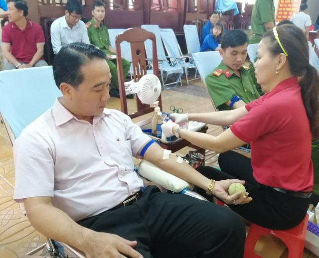 Chủ tịch huyện cùng Đoàn viên thanh niên hăng hái hiến máu tình nguyện - 2