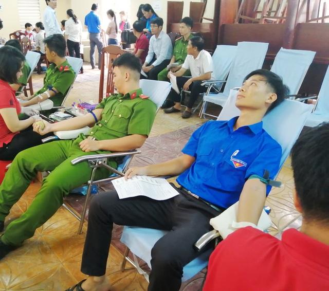 Chủ tịch huyện cùng Đoàn viên thanh niên hăng hái hiến máu tình nguyện - 1