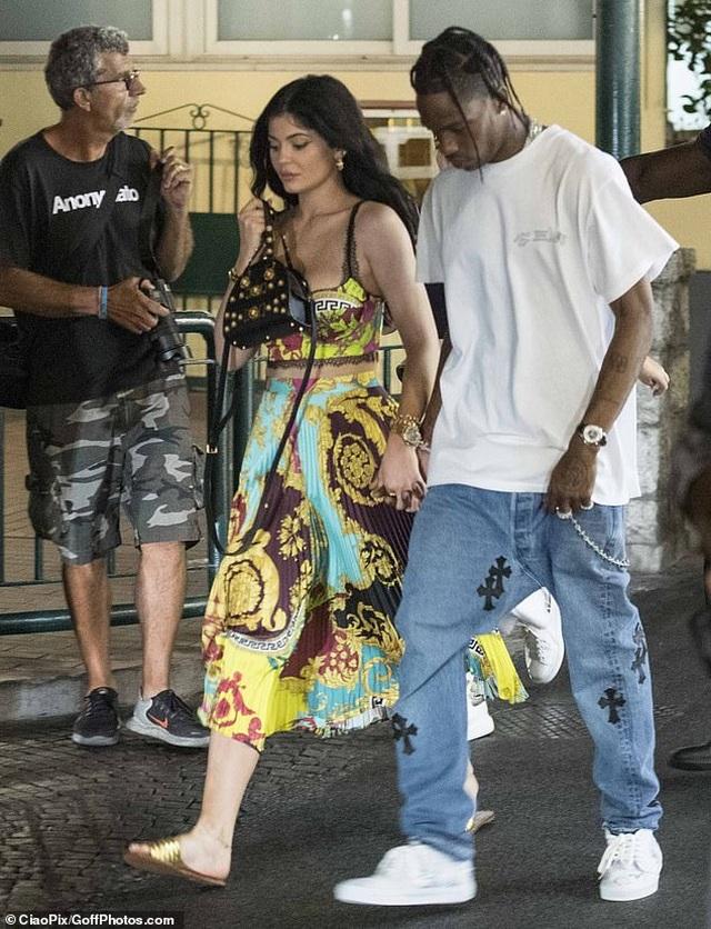 Kylie Jenner đẹp đôi bên Travis Scott - 4