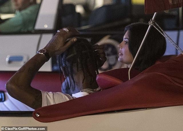Kylie Jenner đẹp đôi bên Travis Scott - 7