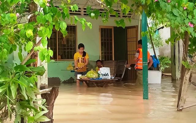 Nghĩa tình hộp cơm, tấm áo trong đợt lũ lụt chưa từng có ở Phú Quốc - 10