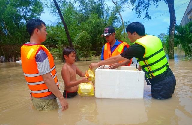 Nghĩa tình hộp cơm, tấm áo trong đợt lũ lụt chưa từng có ở Phú Quốc - 11