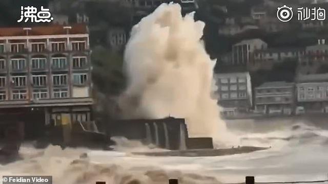 Khoảnh khắc siêu bão lật tung xe tải, thổi bay người tại Trung Quốc - 1