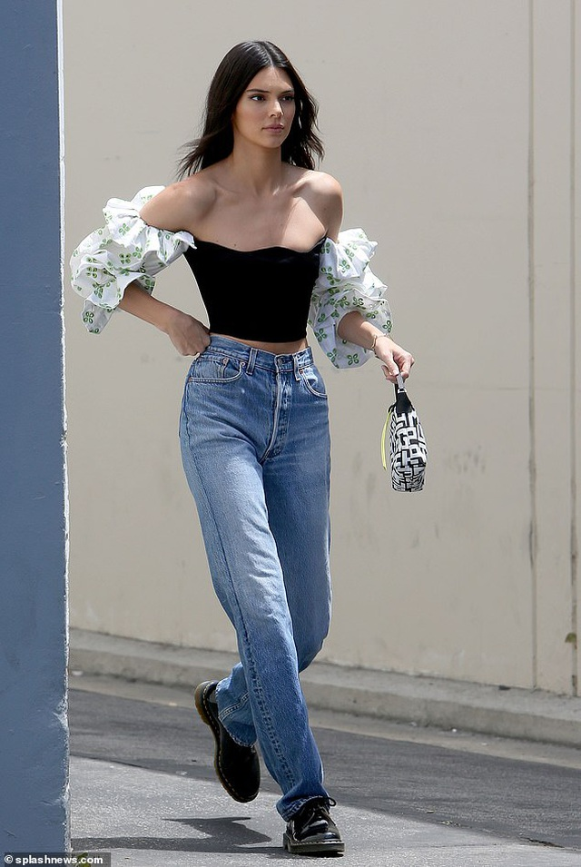 Kendall Jenner lộ dáng siêu thon trên phố - 1