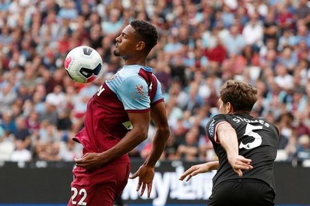 West Ham 0-5 Man City: Hat-trick của Sterling và dấu ấn của VAR - 11