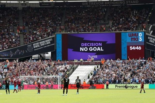 West Ham 0-5 Man City: Hat-trick của Sterling và dấu ấn của VAR - 2