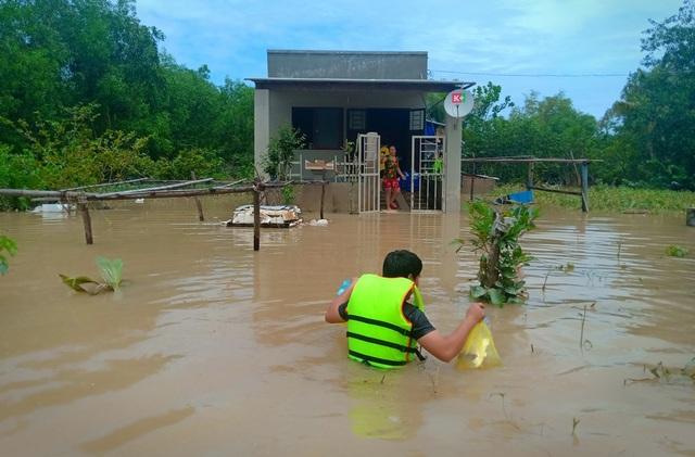 Nghĩa tình hộp cơm, tấm áo trong đợt lũ lụt chưa từng có ở Phú Quốc - 2