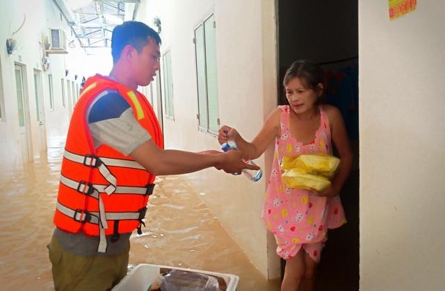 Nghĩa tình hộp cơm, tấm áo trong đợt lũ lụt chưa từng có ở Phú Quốc - 12