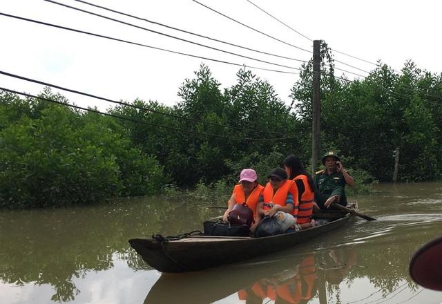 Giải cứu 6 người dân bị mắc kẹt trên cù lao do nước lũ cuốn đứt cầu treo - 1