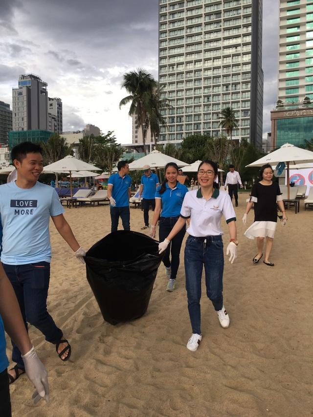 Nhân viên khách sạn Mường Thanh cùng tham gia chiến dịch làm sạch môi trường - 2
