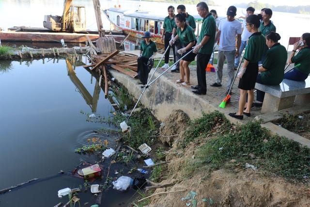 Nhân viên khách sạn Mường Thanh cùng tham gia chiến dịch làm sạch môi trường - 3