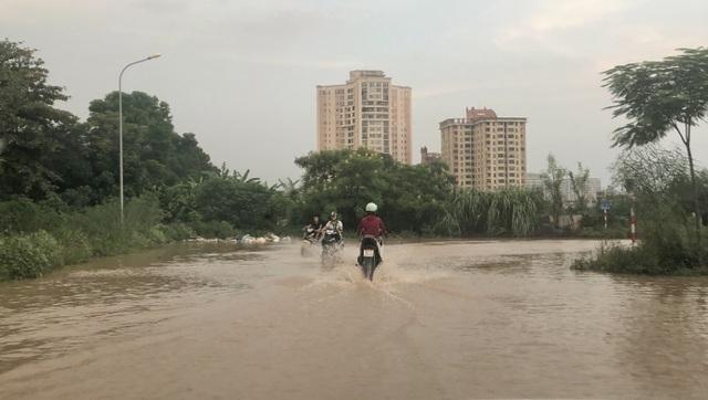 """Hà Nội: Tạnh mưa 2 ngày, đường vẫn ngập như """"sông sâu"""" - 1"""