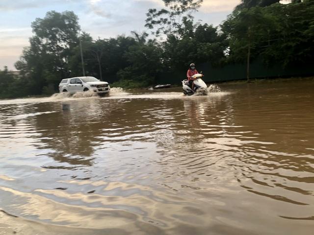 """Hà Nội: Tạnh mưa 2 ngày, đường vẫn ngập như """"sông sâu"""" - 2"""