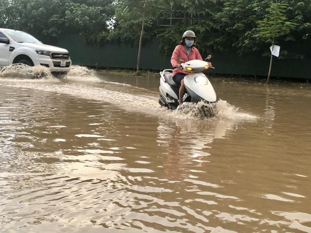 """Hà Nội: Tạnh mưa 2 ngày, đường vẫn ngập như """"sông sâu"""" - 5"""