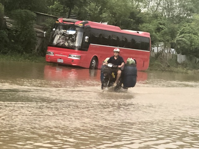 """Hà Nội: Tạnh mưa 2 ngày, đường vẫn ngập như """"sông sâu"""" - 9"""