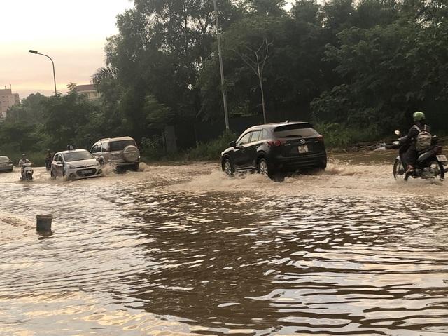 """Hà Nội: Tạnh mưa 2 ngày, đường vẫn ngập như """"sông sâu"""" - 6"""