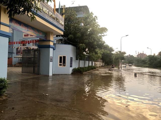 """Hà Nội: Tạnh mưa 2 ngày, đường vẫn ngập như """"sông sâu"""" - 7"""