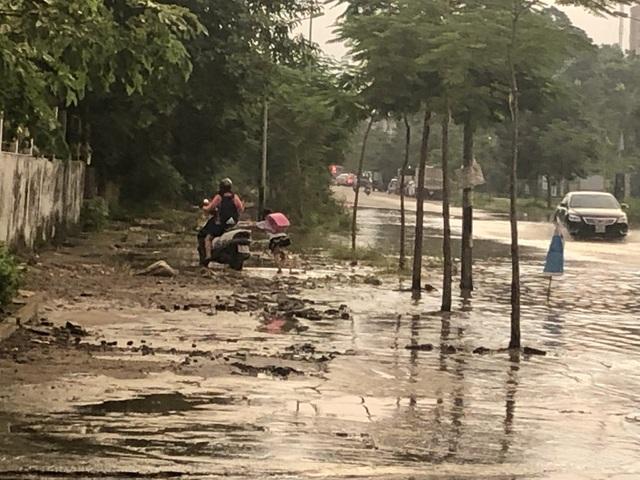 """Hà Nội: Tạnh mưa 2 ngày, đường vẫn ngập như """"sông sâu"""" - 8"""