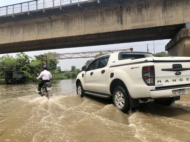 """Hà Nội: Tạnh mưa 2 ngày, đường vẫn ngập như """"sông sâu"""" - 11"""