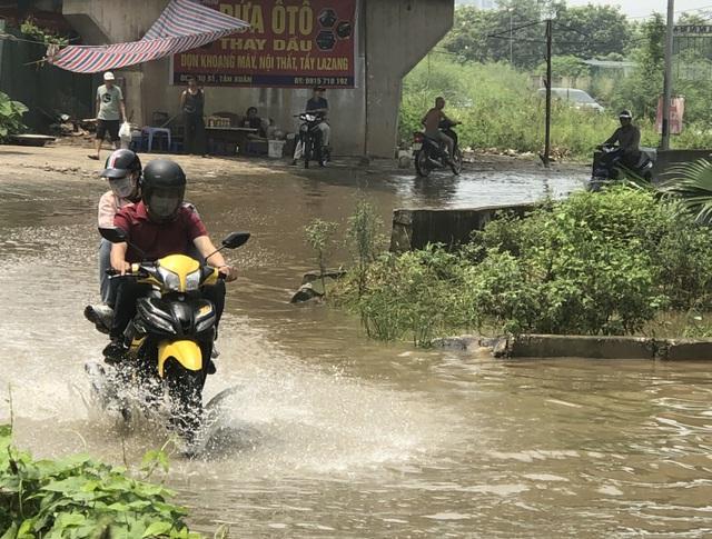 """Hà Nội: Tạnh mưa 2 ngày, đường vẫn ngập như """"sông sâu"""" - 12"""