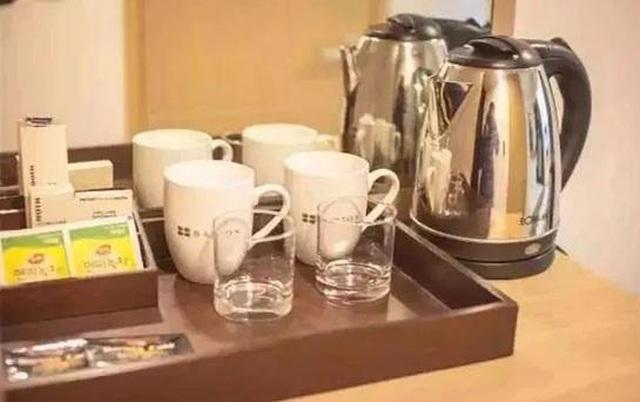 Kinh hoàng: Nữ du khách lấy ấm siêu tốc trong khách sạn để giặt đồ lót - 2