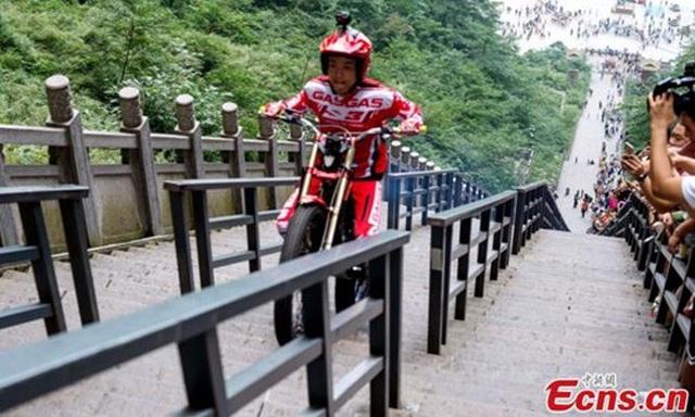 Lái moto vượt qua 999 bậc thang trong 56 giây để lên Cổng trời - 1